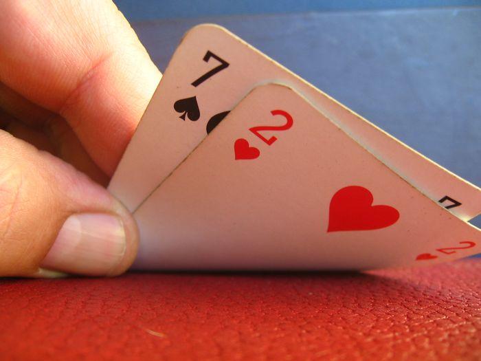 Изначально в баккара играют две карты, старшая выигрышная комбинация – 9 очков